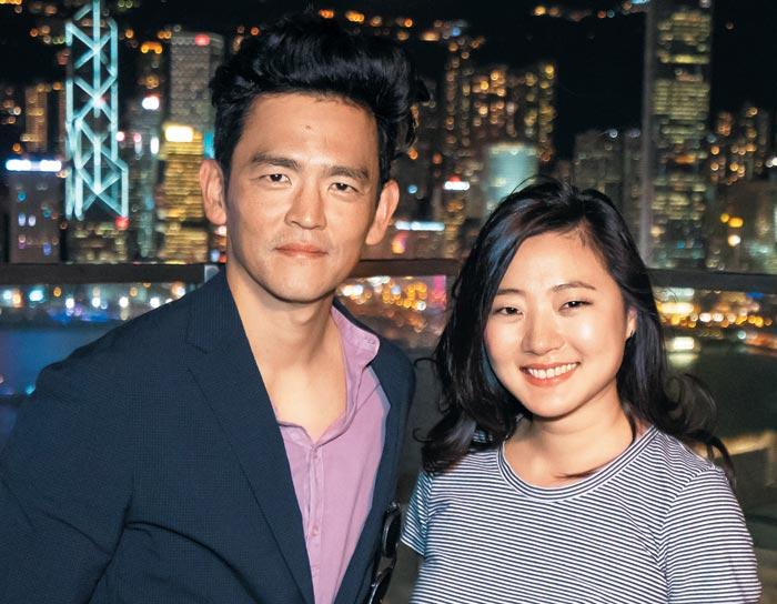 영화 '서치'에서 미국 중산층 가족을 연기한 한국계 미국 배우 존 조(왼쪽)와 딸 역할의 미셸 라.