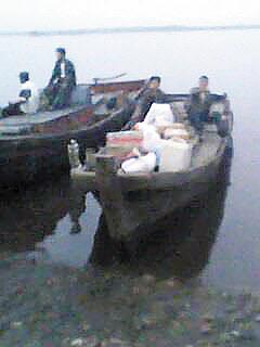 2012년 랴오닝성 단둥 인근에서 북 주민이 소형 목선을 이용해 밀무역을 하고 있다. 북은 금속·농수산물 등을 팔아 중국산 생필품을 주로 구입한다.