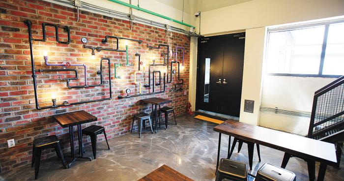 경기 시흥시 하수 처리장을 개조해 갤러리와 카페로 만든 '비전타워'의 내부. 오래된 파이프를 떼어다 작품처럼 전시했다.