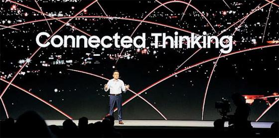 고동진 삼성전자 스마트폰 부문 사장이 작년 11월 미국 샌프란시스코에서 개최한 삼성개발자콘퍼런스(SDC)에서 기조연설을 하고 있다. 오는 11월 열리는 올해 콘퍼런스에서는 내년 출시 예정인 폴더블폰과 인공지능 스피커 갤럭시홈에 대한 정보를 대거 공개한다.