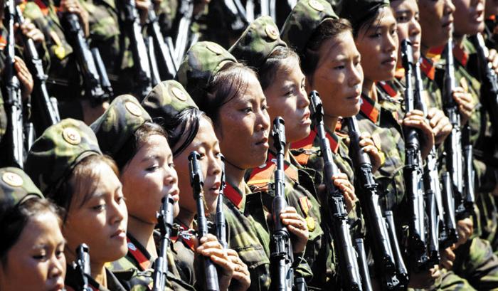 열병식의 여군들 - 9일 오전 평양 김일성 광장에서 열린 9·9절 열병식에서 총을 든 여군들이 행진하고 있다. 이날 열병식에는 중·장거리 탄도미사일은 등장하지 않았지만 유사시 수도권에 큰 위협이 되는 재래식 무기들이 대거 등장했다.