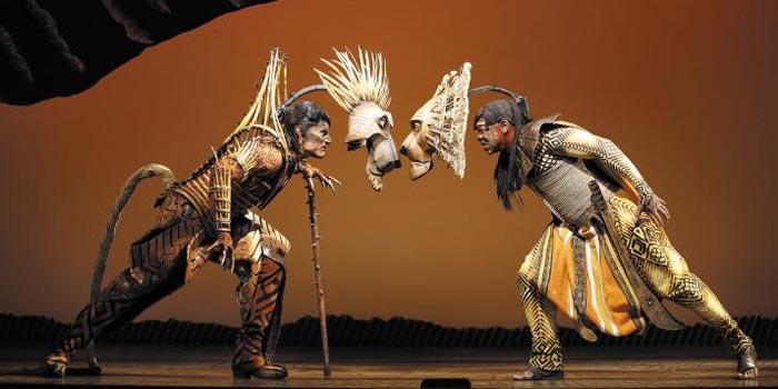 초원의 왕 무파사(오른쪽)가 아들 심바를 얻자, 왕위 승계에서 밀려난 동생 스카(왼쪽)는 사사건건 형과 부딪친다.