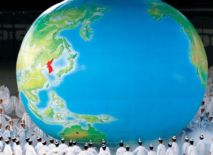 북한이 정권 수립 70주년(9·9절)을 맞아 공개한 집단체조'빛나는 조국'에 등장한 대형 지구 모형.