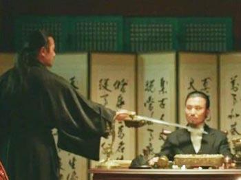 일본 낭인이 대한제국 외부대신에게 '한일의정서' 서명을 강요하는 '미스터 션샤인'의 한 장면.