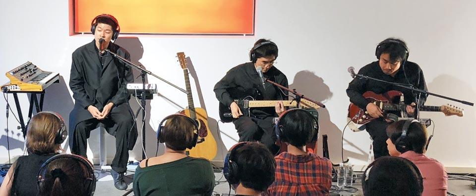 장기하와 얼굴들의 새 공연에서는 밴드 멤버들과 관객 모두 헤드폰을 쓰고 있었다.