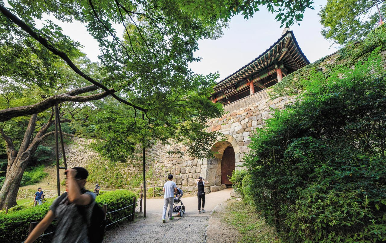 문약과 오만에 빠진 조선 정부가 숨어 들어간 남한산성 지화문.