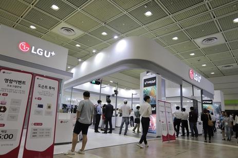 14일 서울 강남 코엑스에서 열린 '2018년 사물인터넷 국제 전시회'에 체험관을 차린 LG유플러스. /LG유플러스 제공