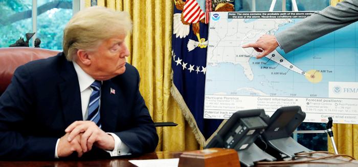 11일(현지 시각) 워싱턴 백악관에서 도널드 트럼프 미 대통령이 브록 롱 미국 연방비상관리국(FEMA) 국장으로부터 허리케인 '플로렌스'에 대한 설명을 듣고 있다. 플로렌스는 14일 오전 미 동부 해안에 상륙할 것으로 예상되며, 상륙 예정 지역에 사는 170여만명에게 대피령이 내려졌다. 이날 출간된 밥 우드워드의 신간 '공포, 백악관의 트럼프'도 트럼프 행정부의 난맥상을 드러내며 트럼프에게 허리케인과 맞먹는 충격을 주고 있다. 책은 발간된 날 아마존 베스트셀러 1위에 올랐다.