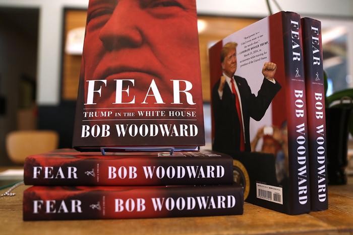 11일(현지 시각) 출간된 밥 우드워드 워싱턴포스트 부편집인의 신간 '공포, 백악관의 트럼프'가 워싱턴DC의 한 서점에 쌓여 있다. 출판사인 사이먼앤슈스터는 책이 출간되기 전부터 100만권 가까운 주문을 받았다고 밝혔다.