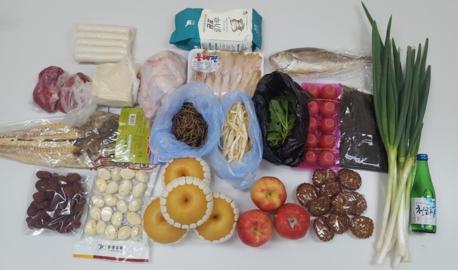 전통시장에서 미니차례상을 위해 구매한 식재료들./ 안소영 기자