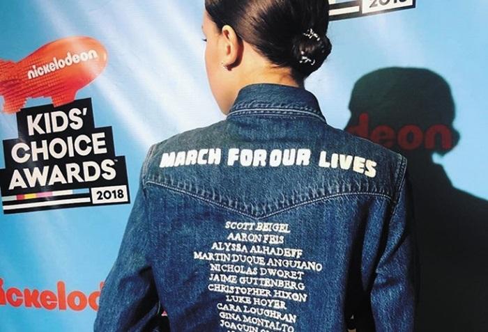 배우 밀리 바비 브라운이 최근 자신의 인스타그램을 통해 '우리의 삶을 위해 행진하자(March for our lives)'라고 적힌 캘빈 클라인 의상을 입은 모습을 공개했다.