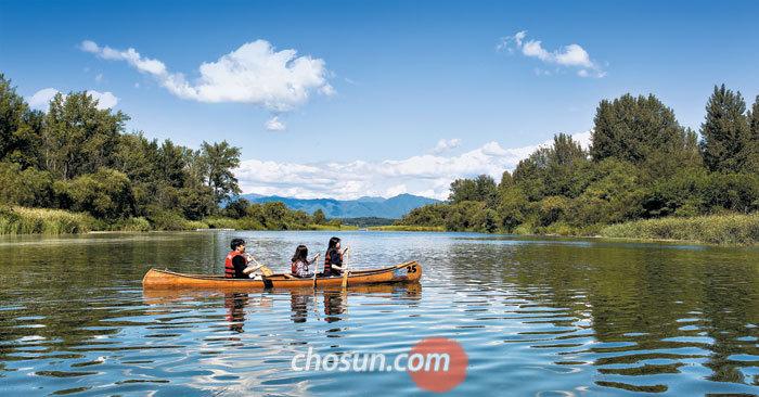 카누를 타고 유유히 호수를 누비며 어느새 시작된 가을을 만난다. 선선한 바람과 파란 하늘, 이국적이기까지 한 자연의 풍경을 만끽할 수 있는 의암호 카누 체험은 춘천 여행의 낭만을 더해준다.