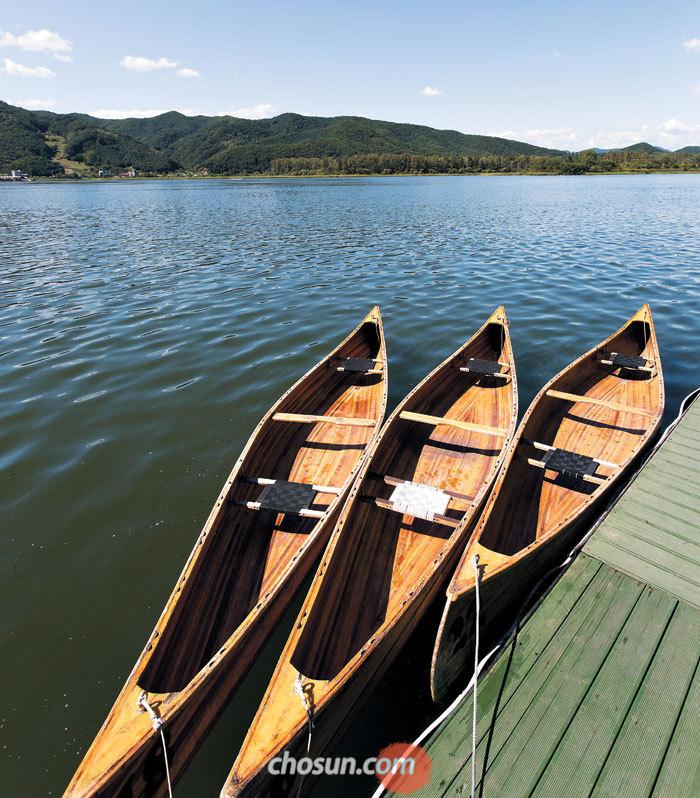 선착장에 정박한 '우든 카누'. 나무로 만들어 가벼워서 초보자도 쉽게 탈 수 있는 데다 아날로그 낭만을 느낄 수 있어 인기다.
