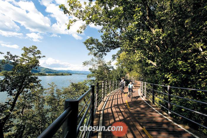 의암호를 따라 하이킹과 산책을 즐길 수 있는 수상산책길.