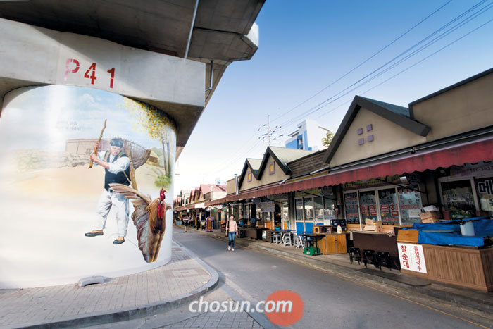 김유정의 소설 '동백꽃'의 주요 장면들을 벽화로 꾸민 '김유정 벽화거리'는 춘천풍물시장의 색다른 볼거리