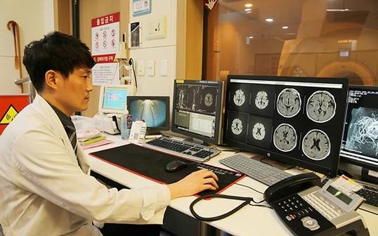 의료진이 환자의 MRI 이상 패턴을 확인하고 있다. /서울아산병원 제공