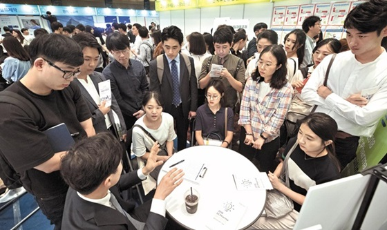 지난 7일 서울 여의도 중소기업중앙회에서 열린 2018 한국제약·바이오산업 채용박람회에서 구직자들이 기업 담당자로부터 채용 상담을 받고 있다. 제약·바이오 업계는 하반기 3000여명을 포함해 올해 총 6000여명을 신규 채용할 계획이다.