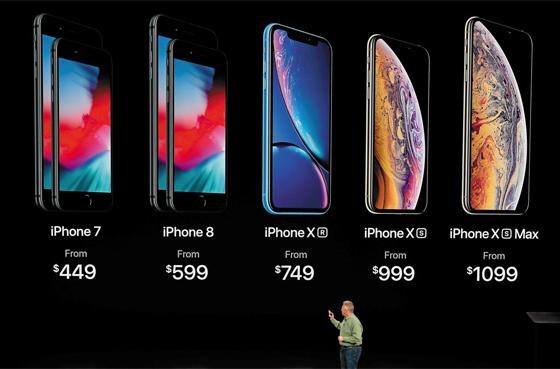 12일(현지 시각) 미국 애플이 개최한 신제품 공개 행사에서 필립 실러 수석 부사장이 새 아이폰 XS 시리즈 2종과 XR의 가격을 소개하고 있다. 보급형인 XR도 세금을 포함하면 100만원 선이고, 대화면인 XS맥스 최고가 모델은 200만원에 육박할 만큼 고가(高價)다. 대신 아이폰7·8 등 구 모델의 가격을 낮췄다.