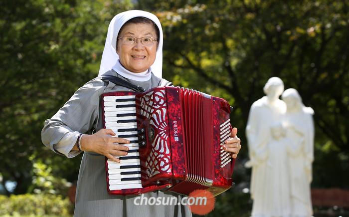 """아코디언을 연주하는 김현남 수녀는 """"어르신들에게 박수받으려면 한 곡당 500번씩은 연습해야 한다""""고 말했다. 60년 가까이 유치원, 교도소, 성당 노인대학 등에서 활동해온 그의 인기 비법은 '노력'이었다."""