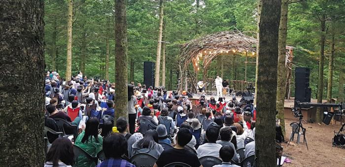 지난 2일 대관령 토리음악숲에서 가수 휘성이 공연하는 모습.