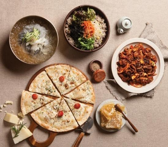 사월에 보리밥과 쭈꾸미의 대표 메뉴인 쭈꾸미 한상은 보리밥 정식을 고등어구이, 보쌈, 쭈꾸미 볶음 등과 함께 즐길 수 있다.