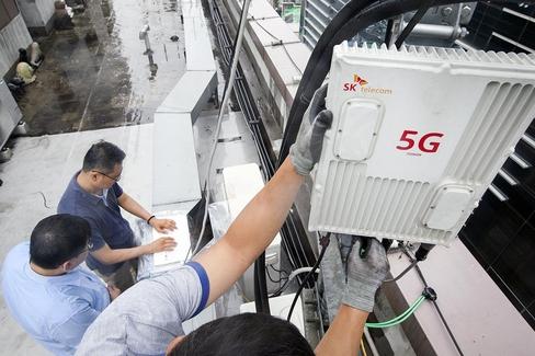 SK텔레콤 직원이 서울 강남구 테헤란로의 한 건물에서 5G 중계기 성능을 테스트 하는 모습. /SK텔레콤 제공