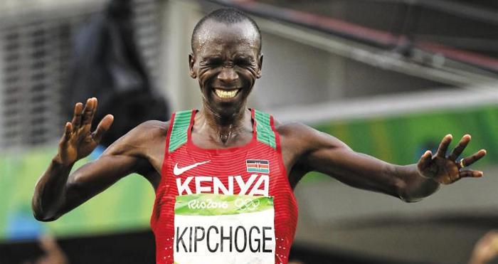 케냐 마라토너 엘리우드 킵초게가 2016 리우올림픽 남자 마라톤 결승선을 맨 먼저 통과한 뒤 고통스러운 듯 찡그린 표정을 짓고 있다.