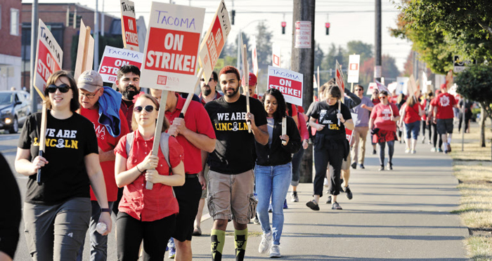 6일(현지 시각) 미국 워싱턴주(州) 터코마에서 공립학교 교사들이 분노를 상징하는 빨간색 셔츠를 입고 임금을 높여 달라는 시위를 벌이고 있다.