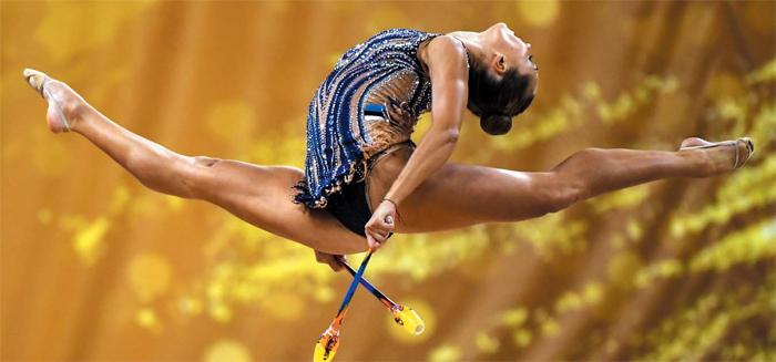 세르비아의 나스타샤 그보즈디치가 14일 불가리아 소피아에서 열린 리듬체조 세계선수권대회 곤봉 예선 경기에 출전, 스플릿 점프 동작을 연기하고 있다.