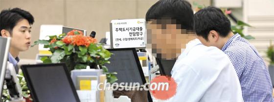 다주택자의 주택 대출을 규제하는 '9·13 부동산 안정 대책'이 시행된 첫날인 14일, 각 은행 지점에는 달라진 정책에 대한 문의가 이어졌다. 사진은 서울의 한 은행에서 고객들이 대출 상담을 받고 있는 모습.