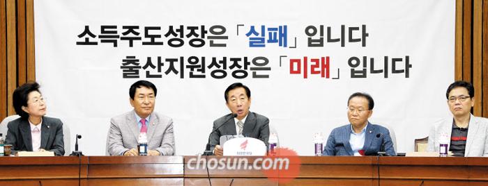 자유한국당 김성태 원내대표가 14일 오전 국회에서 열린 원내 대책회의에서 발언하고 있다.