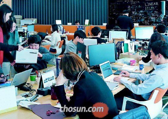 한 스타트업(초기 벤처기업) 사무실에서 직원들이 업무에 열중하고 있는 모습.