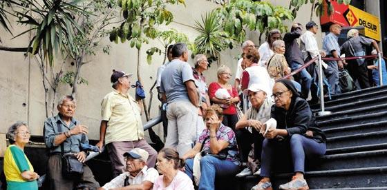 지난 14일(현지 시각) 베네수엘라 수도 카라카스의 한 은행 앞에서 사람들이 연금을 인출하기 위해 기다리고 있다.