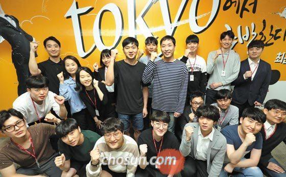 12일 서울 삼성동 한국무역협회 ICT 교육센터에서 IT 마스터 과정 연수생들이 취업 의지를 다지며 주먹을 불끈 쥐고 있다.