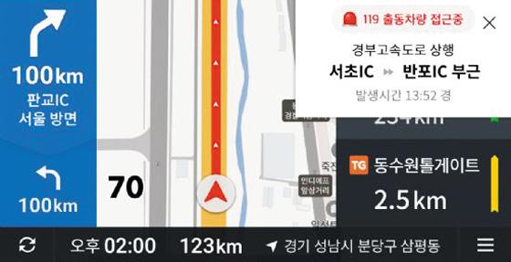 카카오내비의 119 긴급 출동 알람 기능이 작동한 모습. 사진 오른쪽 상단에 '119 출동 차량 접근 중'이라는 알림이 있다.
