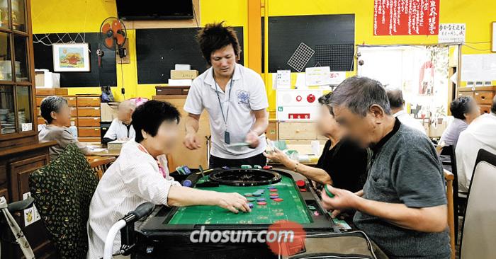 일본 야마구치시 시골 마을 나카오의 치매 데이케어센터 '꿈의 호수 마을'에서 노인들이 자체 화폐 '유메'를 가지고 카지노 게임을 하고 있다. '유메'는 머리 쓰는 게임이나 운동 등을 통해 스스로 벌어야 한다.