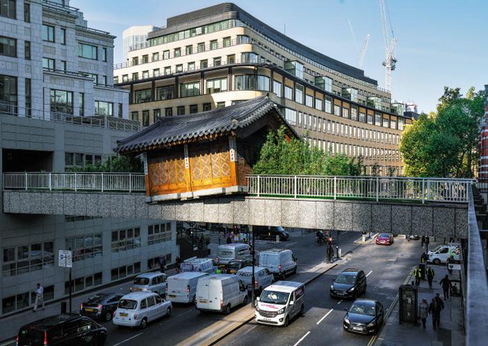 런던 웜우드가(街) 육교에 설치된 서도호의 '브릿징 홈, 런던'. 유럽 대도심에 불시착한 듯한 한옥이 문화적 이주와 융합, 공적·사적 공간의 연결고리 등을 질문한다. 한옥 옆 대나무 정원은 다국적 건축디자인회사 HOK와 협업해 제작했다.
