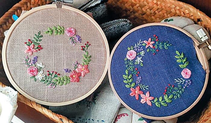 프랑스 자수의 다양한 스티치를 이용해 만든 꽃 리스 장식.