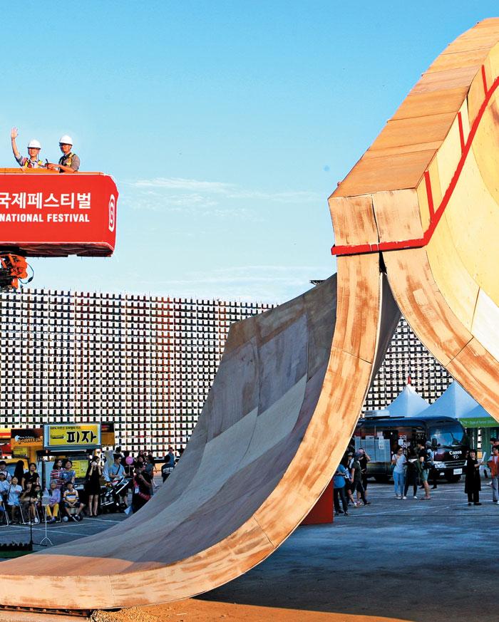 '2016 청주직지코리아 국제페스티벌'을 기념하기 위해 청주 예술의전당에 설치된 9.1m의 조형물. 세계적인 산업 디자이너 론 아라드의 작품이다