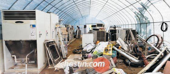 경기도 군포시 대야미동의 한 비닐하우스 내부에 폐에어컨이 쌓여 있다.