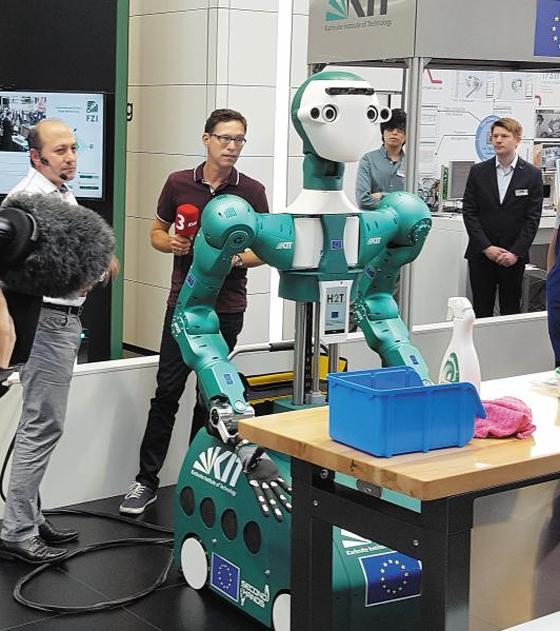 양손 쓰며 대화하는 정비사 로봇 - 지난 6월 독일 하노버에서 열린 국제 정보통신 기술 박람회(CeBIT technology exhibition)에서 영국 설루션 기업인 오카도 테크놀로지의 휴머노이드 로봇 아르마-6(ARMAR-6)가 시범을 보이고 있다. 이 로봇은 양손을 이용하며 대화할 수 있는 로봇으로, 정비사를 돕는 역할을 한다.