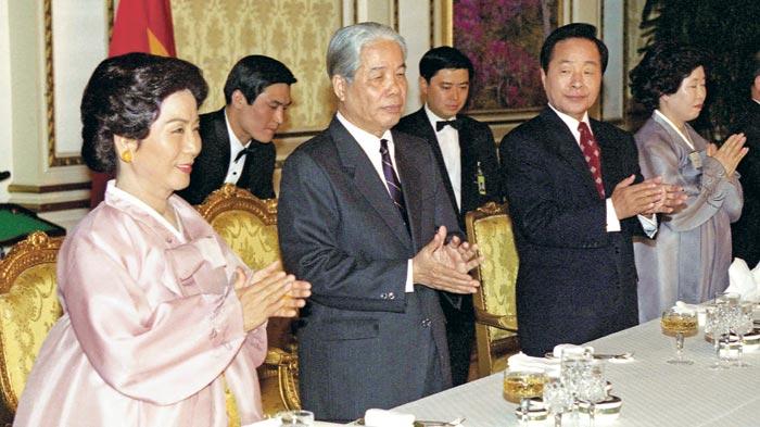 1995년 당시 김영삼 대통령 주최 만찬에 참석한 도므어이(앞줄 왼쪽에서 둘째) 서기장.