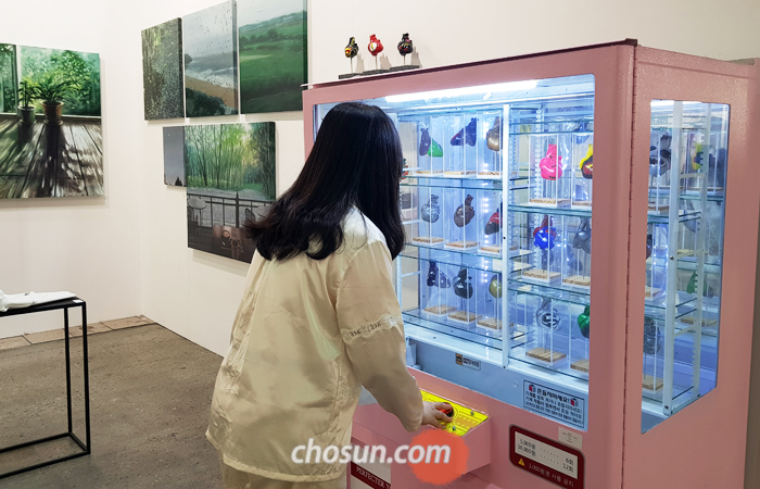 KIAF 부스에 등장한 미술품 뽑기 기계. 김리현의 'Wishlist' 연작이다.