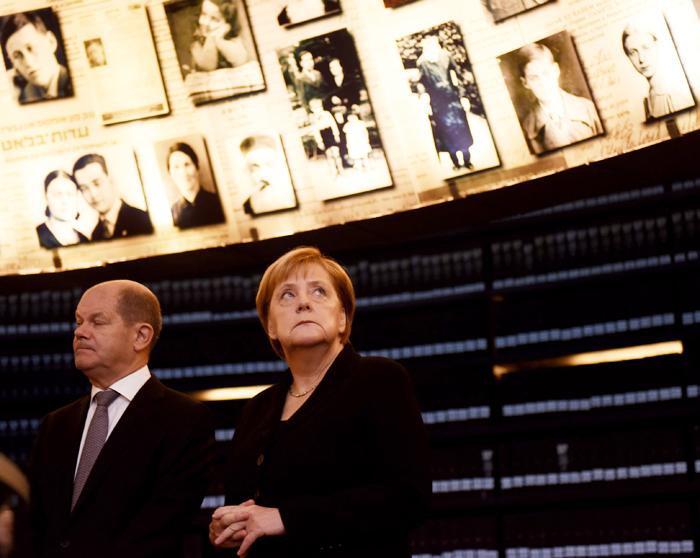 앙겔라 메르켈(오른쪽) 독일 총리가 4일(현지 시각) 이스라엘 예루살렘 외곽 야드 바셈 홀로코스트(나치의 유대인 대학살) 기념관을 둘러보고 있다. 메르켈 총리는 기념관에서