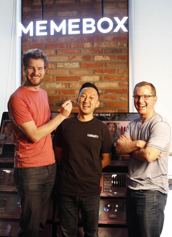 (왼쪽부터)에릭 미기코브스키 YC 파트너, 하형석 미미박스 대표, 팀 브래디 YC 파트너가 지난 2일 판교 미미박스 본사에서 포즈를 취하고 있다. 에릭과 팀은 YC와 미미박스가 함께 마련한 스타트업 멘토링 행사(Office Hour)에 참여하기 위해 전날 한국을 방문했다. 미미박스는 한국 최초로 YC의 투자를 받은 뷰티 스타트업이다. 미미박스가 현재까지 유치한 투자금액은 1700억원에 이른다. /채승우 객원기자