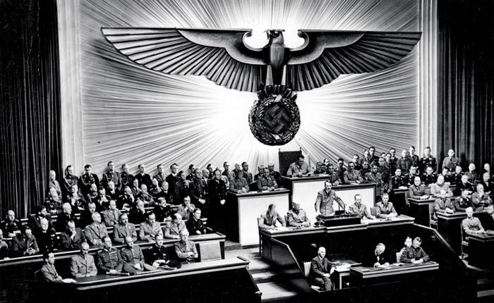 민주주의는 쿠데타 같은 폭력을 통해서만 위기를 맞는 게 아니다. 나치 독재자 히틀러는 국민의 지지를 얻어 권력을 잡았다.