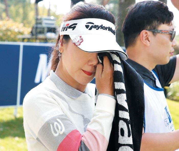 강수연이 7일 한국여자프로골프(KLPGA) 투어 고별전인 하이트 진로 챔피언십에서 경기를 마치고 눈물을 훔치는 장면.