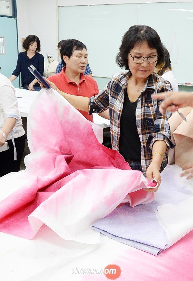 지난달 19일 오후 전북 군산 군장대의 한 강의실에서 패션주얼리디자인과 학생들이 한지에 염색을 하는 수업을 하고 있다.