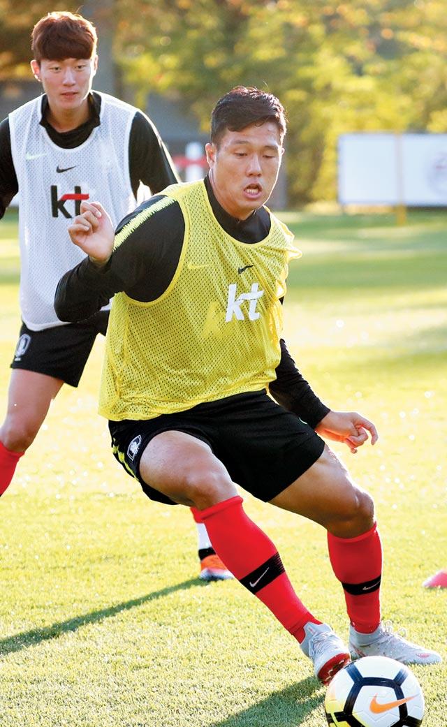석현준(오른쪽)이 8일 파주NFC(국가대표 트레이닝센터)에서 열린 훈련에서 공을 쫓아 달리고 있다.