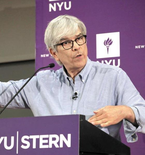 올해 노벨 경제학상 수상자 폴 로머 미국 뉴욕대 교수가 8일 기자회견에서 취재진의 질문에 답하고 있다.